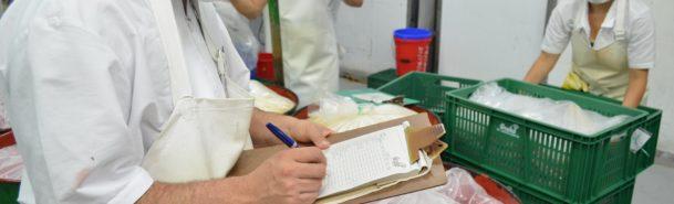Employés emballant des denrées alimentaires
