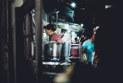Femme cuisinant et travaillant la nuit